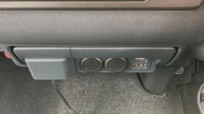 両面テープをはがし、電源増設ユニットを取り付ける。